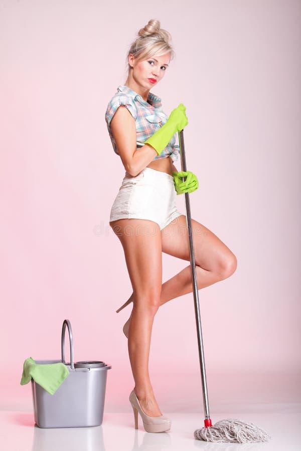 Retrato do líquido de limpeza da dona de casa da mulher da menina de Pinup fotografia de stock