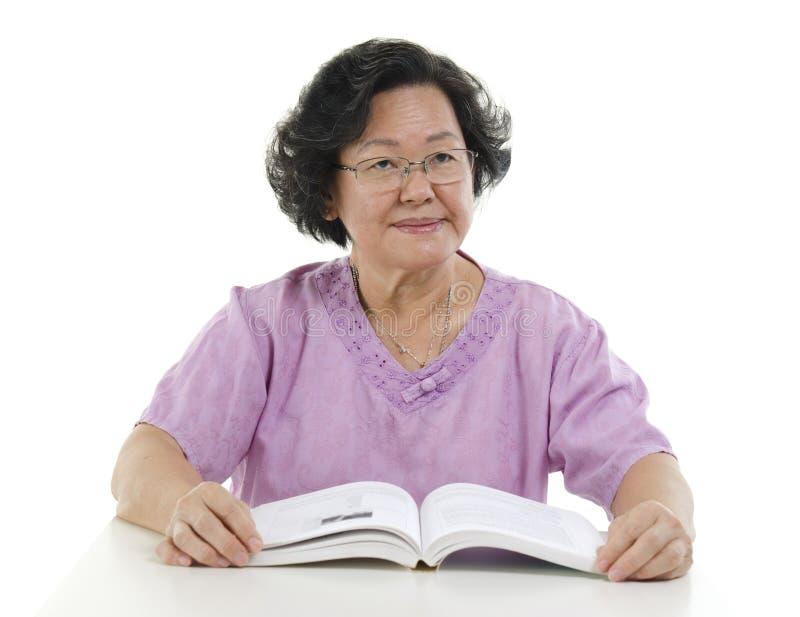 Retrato do livro de leitura superior da mulher adulta fotos de stock royalty free