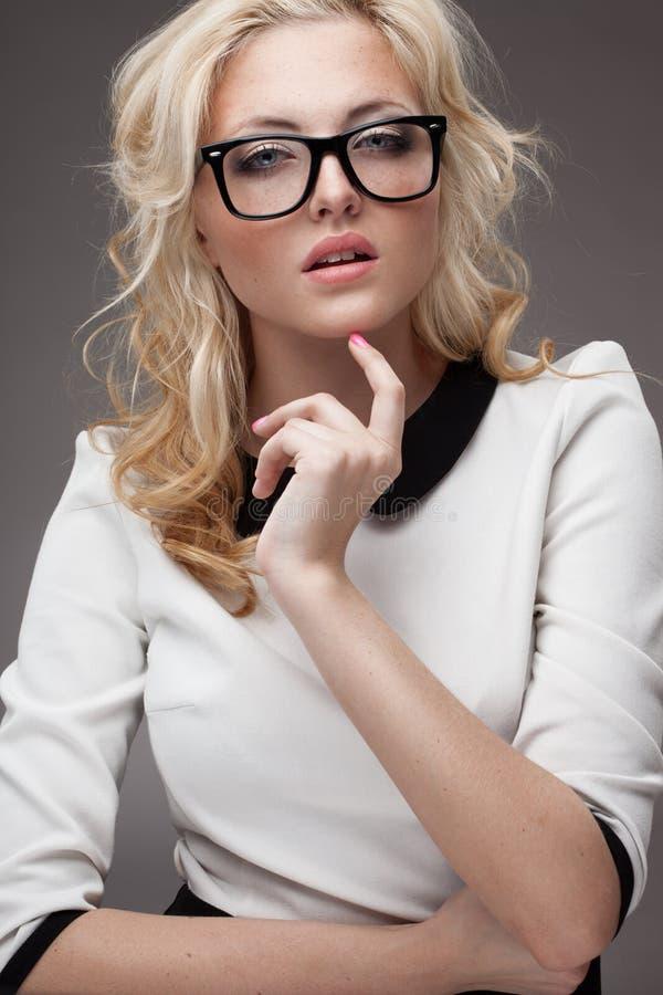Retrato de eyeglasses vestindo da mulher loura imagens de stock royalty free