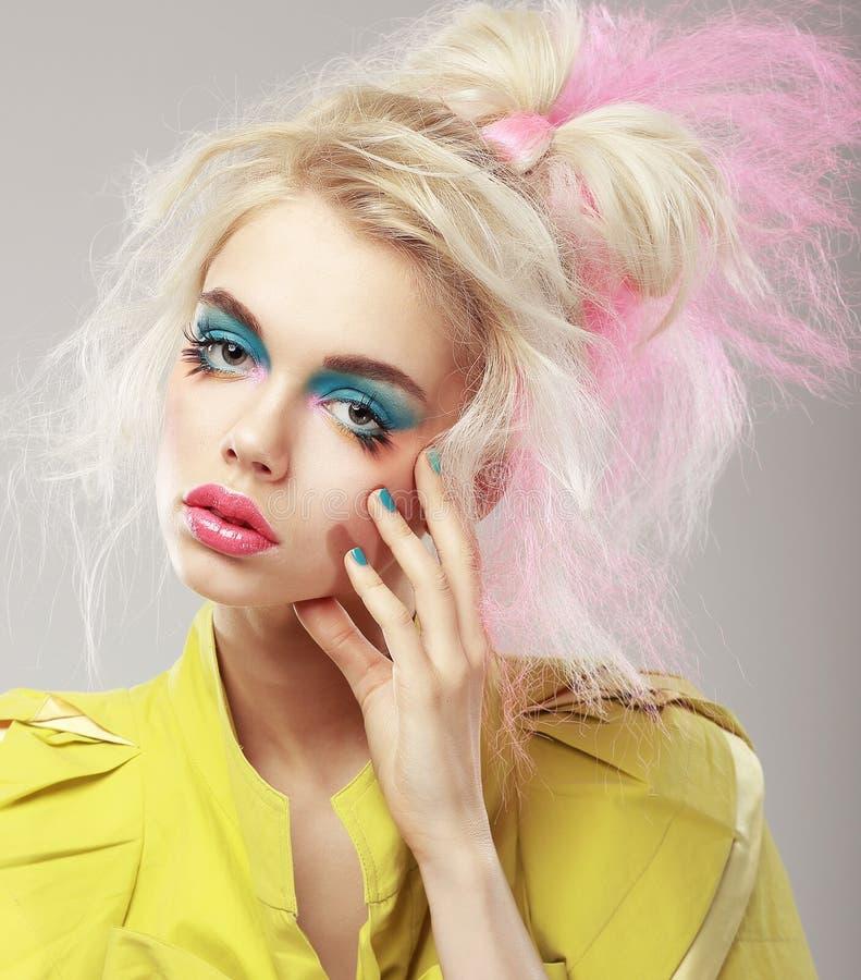 Retrato do louro brilhante com composição de Shaggy Hair e dos olhos azuis. Glam imagens de stock