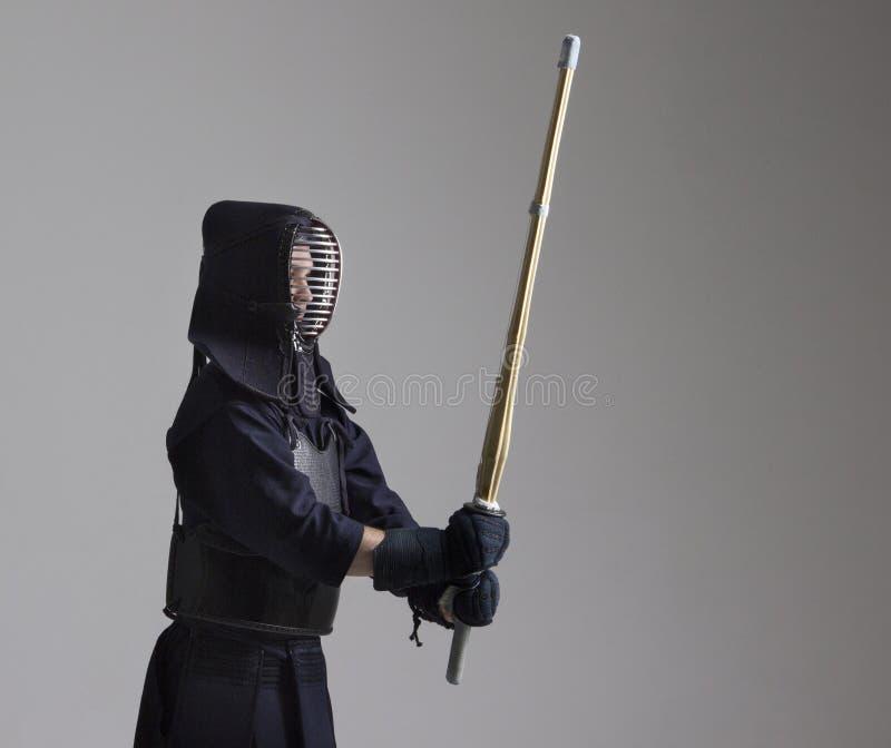 Retrato do lutador do kendo do homem com shinai Disparado no estúdio fotos de stock