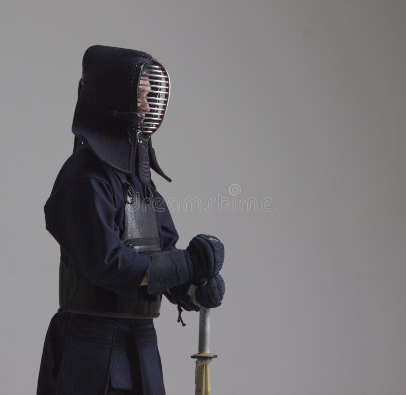 Retrato do lutador do kendo do homem com shinai Disparado no estúdio foto de stock royalty free