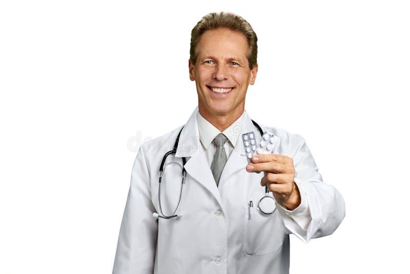Retrato do médico feliz com comprimidos imagens de stock royalty free