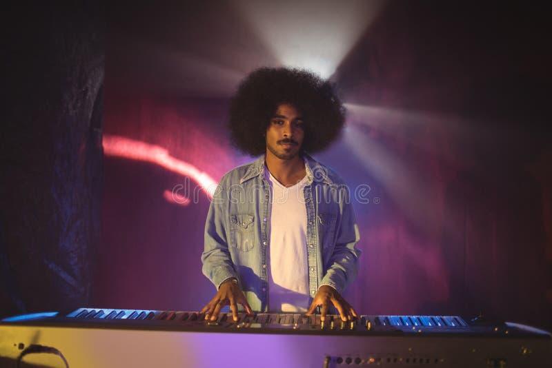Retrato do músico masculino que joga o piano na fase fotos de stock