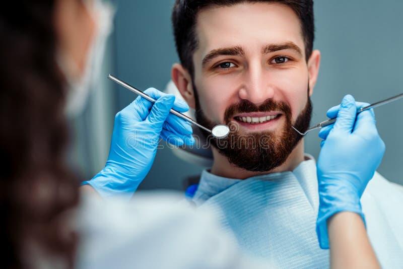 Retrato do macho Face de sorriso Conceito dos cuidados dent?rios Inspe??o dental imagens de stock royalty free