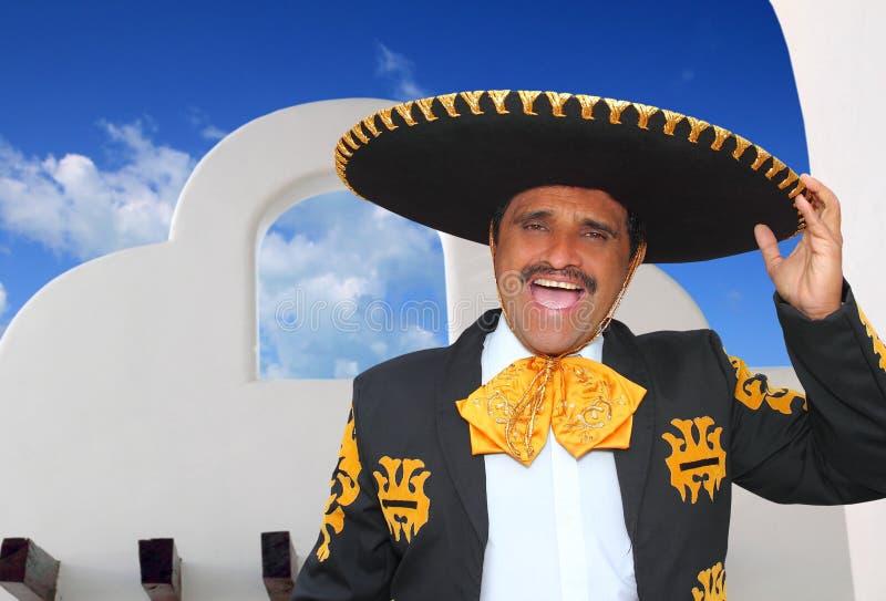 Retrato do mariachi de Charro que canta na casa mexicana foto de stock royalty free