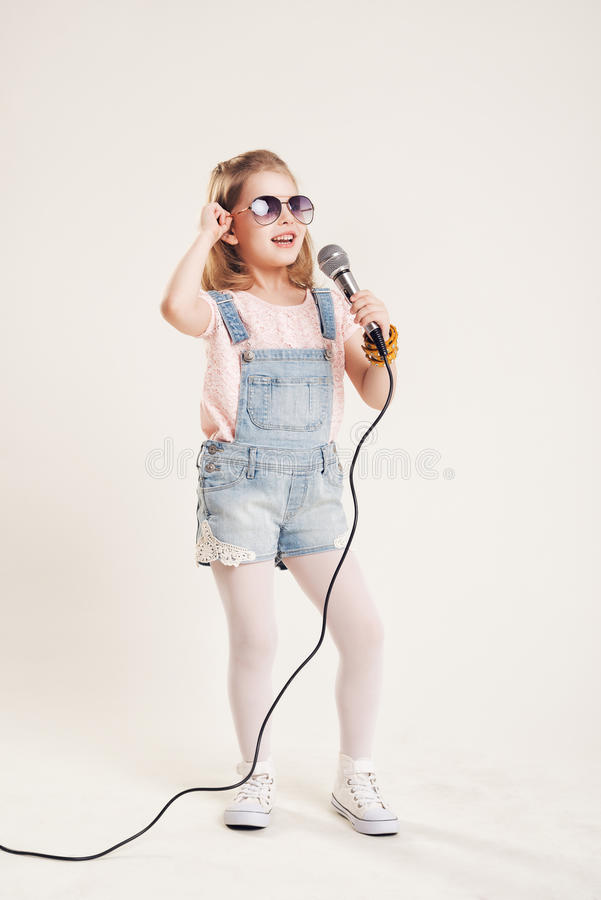 Retrato do meninas de canto alegres foto de stock royalty free