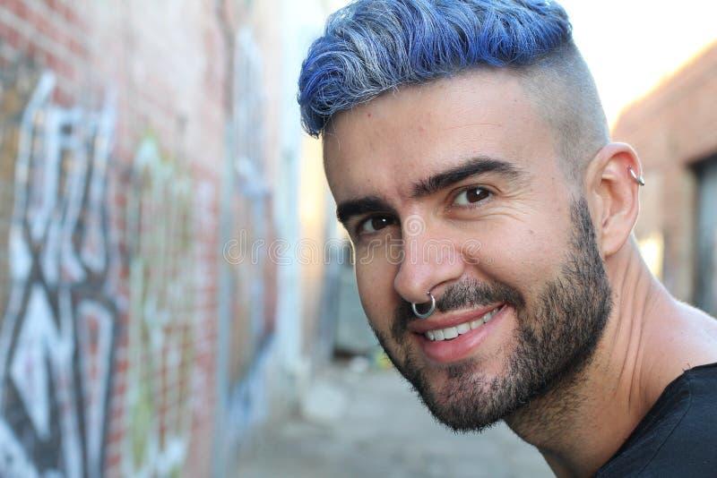 Retrato do menino à moda do bluehead bonito novo com sorriso extravagante do olhar foto de stock royalty free