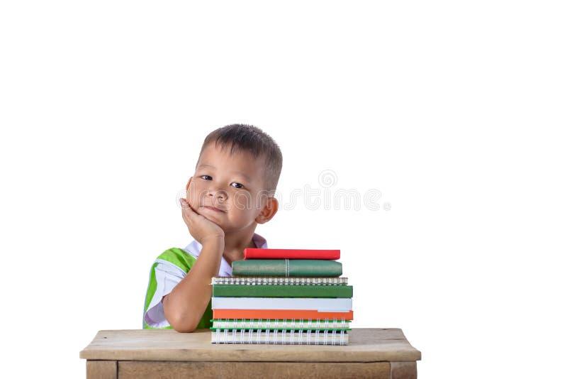 Retrato do menino asiático de sorriso do estudante pequeno com o edu de muitos livros fotos de stock royalty free