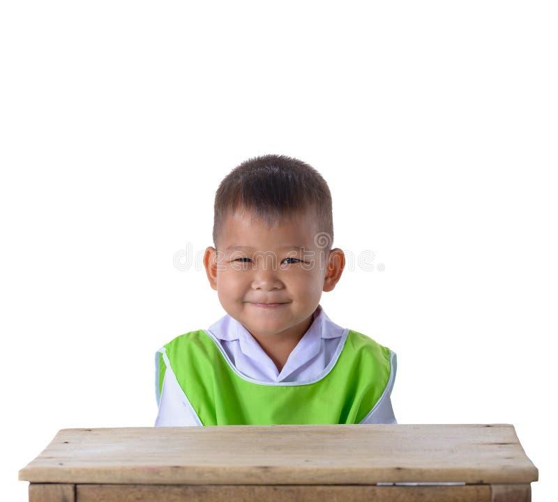 Retrato do menino asiático na farda da escola isolada no backgr branco foto de stock royalty free