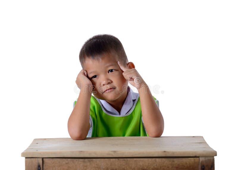 Retrato do menino asi?tico na farda da escola isolada no fundo branco foto de stock royalty free