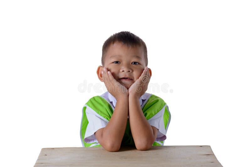 Retrato do menino asi?tico na farda da escola isolada no fundo branco imagem de stock royalty free