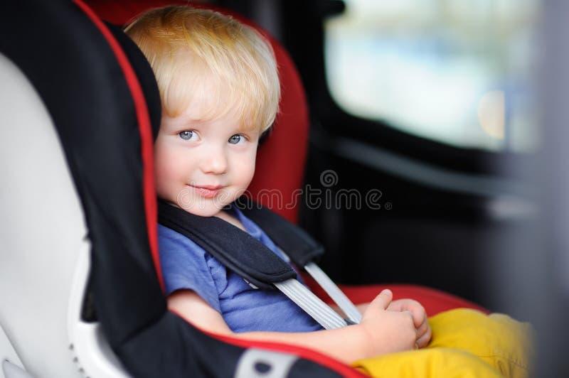 Retrato do menino bonito da criança que senta-se no banco de carro imagem de stock royalty free