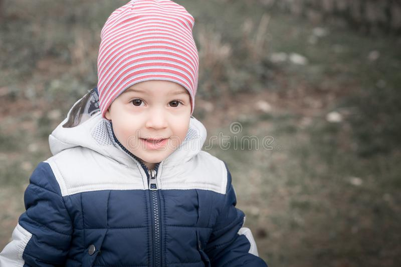 Retrato do menino bonito que sorri em um dia ensolarado imagem de stock royalty free