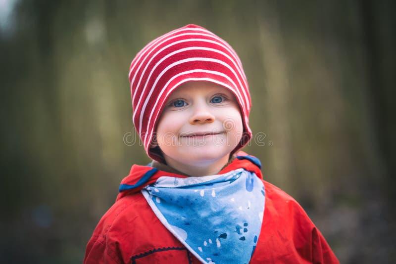 Retrato do menino caucasiano feliz pequeno fotografia de stock royalty free