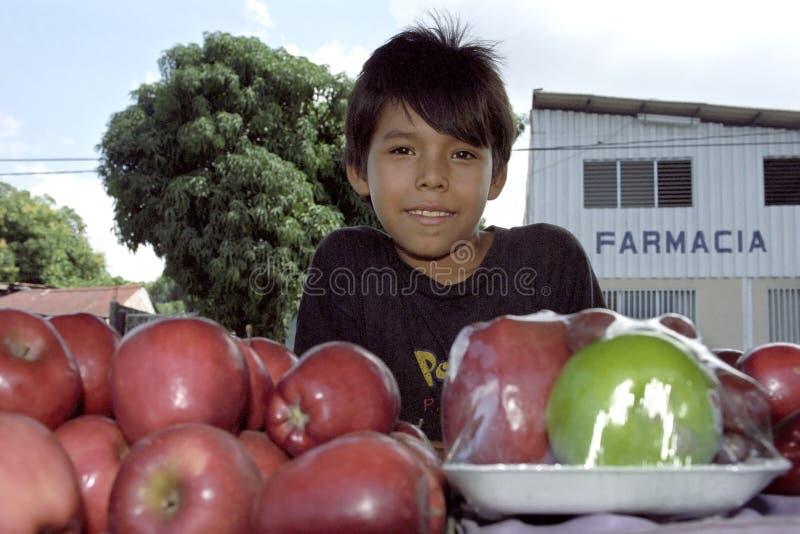 Retrato do menino com maçãs, trabalhos infanteis do Latino imagens de stock royalty free