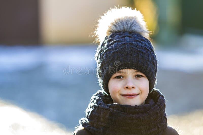 Retrato do menino da criança no chapéu e no lenço fora no inverno ensolarado imagens de stock royalty free