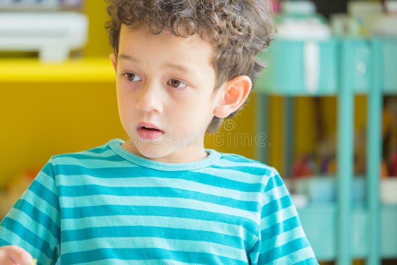 Retrato do menino de Caucasious na sala de aula no preschoo do jardim de infância imagem de stock royalty free