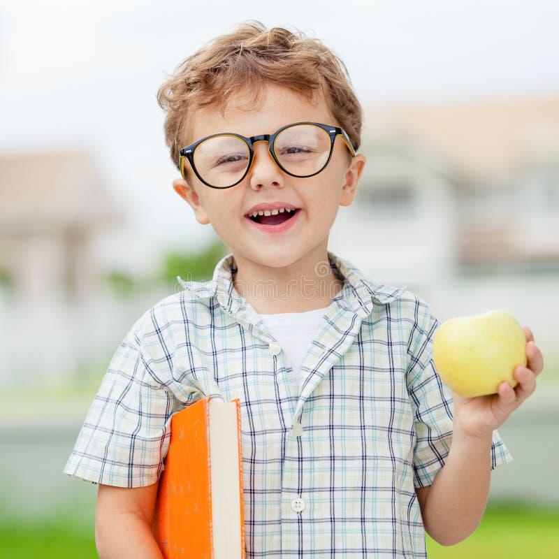 Retrato do menino de escola bonito que olha o ar livre muito feliz em fotografia de stock royalty free