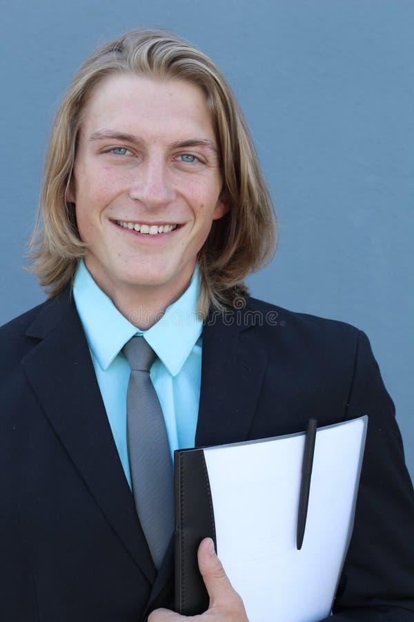 Retrato do menino de escola Vestindo-se formalmente no terno preto, a gravata, camisa azul, entrega guardar papéis fotografia de stock royalty free