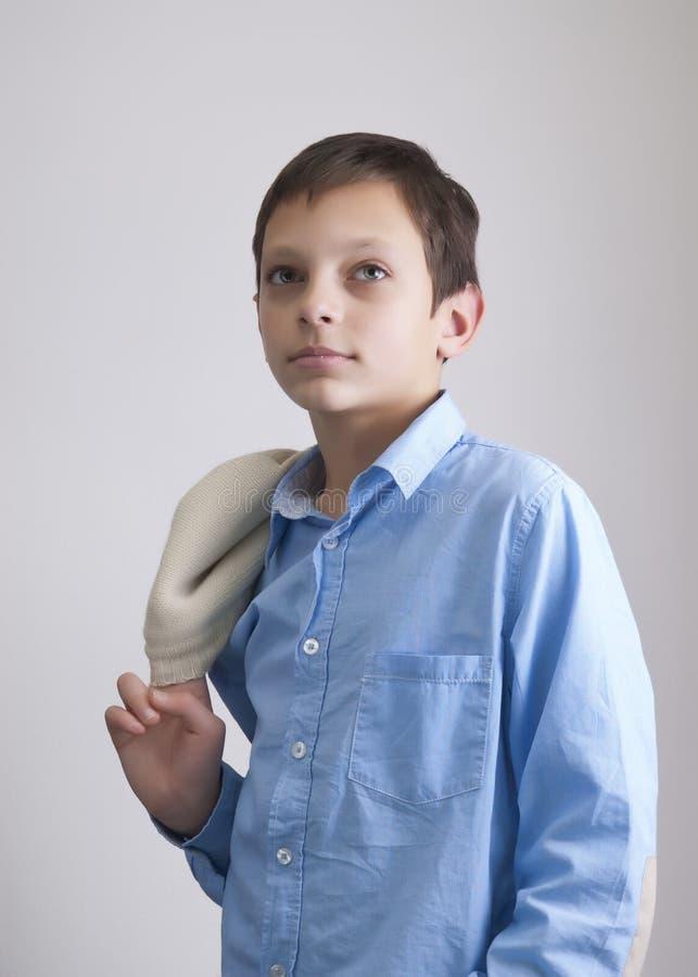 Retrato do menino do Preteen no fundo cinzento fotografia de stock