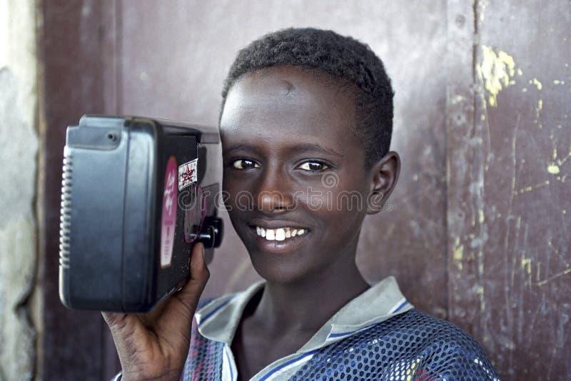Retrato do menino etíope com rádio, Etiópia imagem de stock royalty free