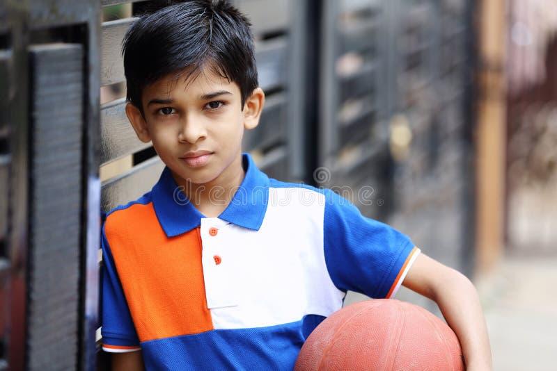 Retrato do menino indiano com basquetebol imagens de stock royalty free