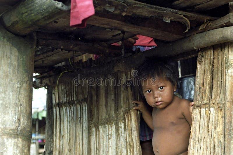 Retrato do menino indiano na cabana pobre do bambu imagem de stock