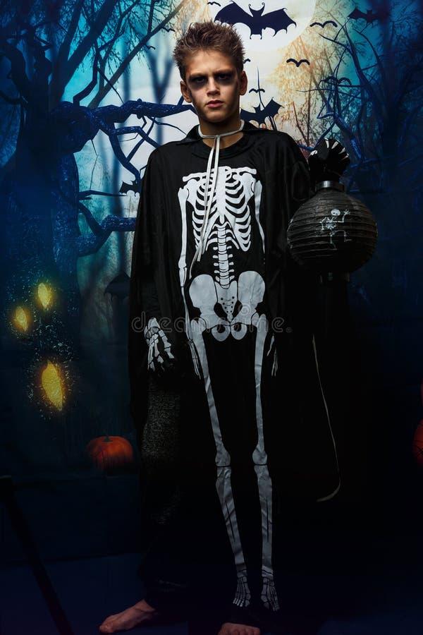 Retrato do menino novo no traje de esqueleto com composição Celebração do feriado Dia das Bruxas, menino na imagem, o tema de esq fotos de stock