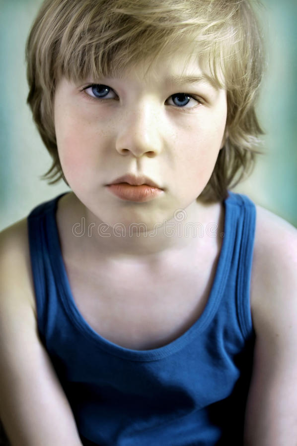 Retrato do menino triste imagem de stock