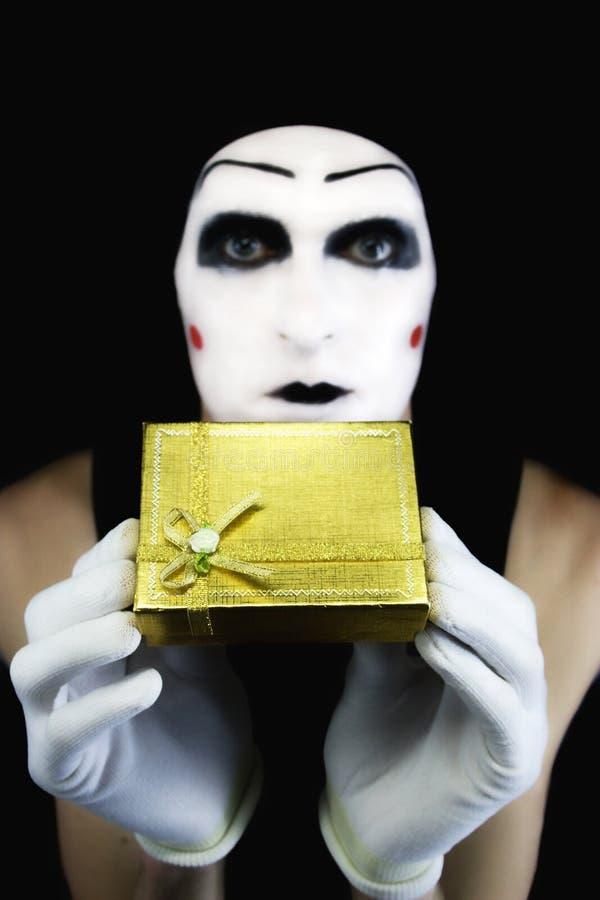 Retrato do mime com um presente foto de stock