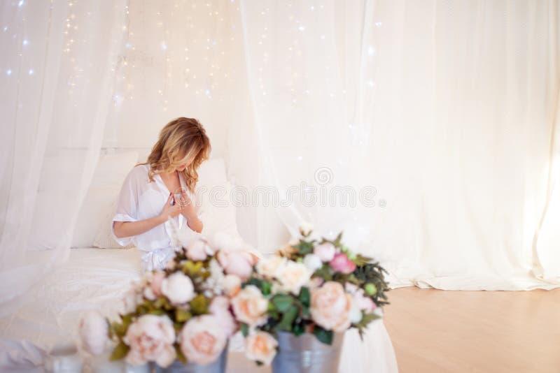 Retrato do modelo bonito da mulher com composição diária fresca e penteado ondulado romântico Lugar para o texto à direita fotos de stock royalty free