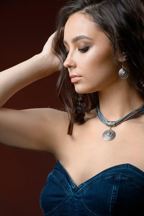 Retrato do modelo da jovem mulher com os acessórios vestindo e a joia da pele fresca marrom do cabelo imagem de stock royalty free