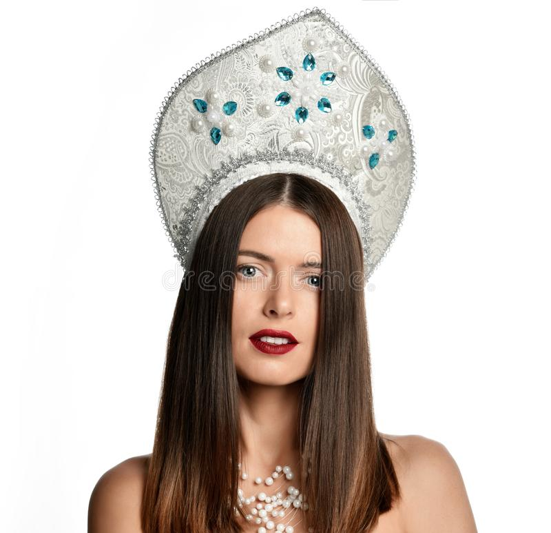 Retrato do modelo da moça no chapéu do kokoshnik com composição natural e o cabelo de sopro longo isolados olhando a câmera imagem de stock royalty free
