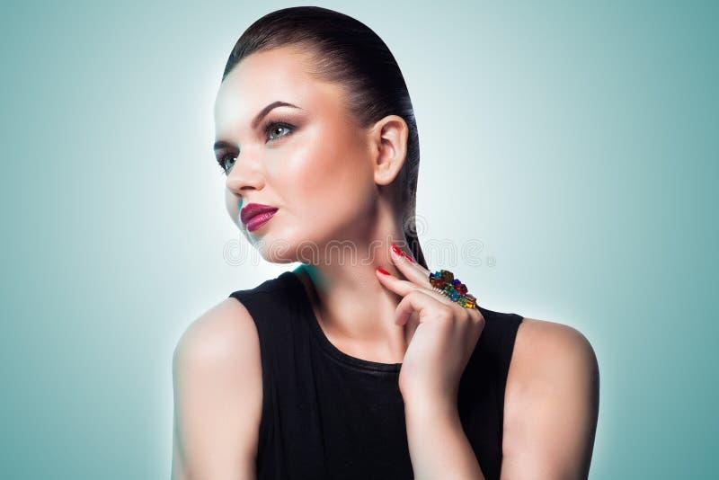 Retrato do modelo de forma bonito que levanta na joia exclusiva. imagens de stock royalty free