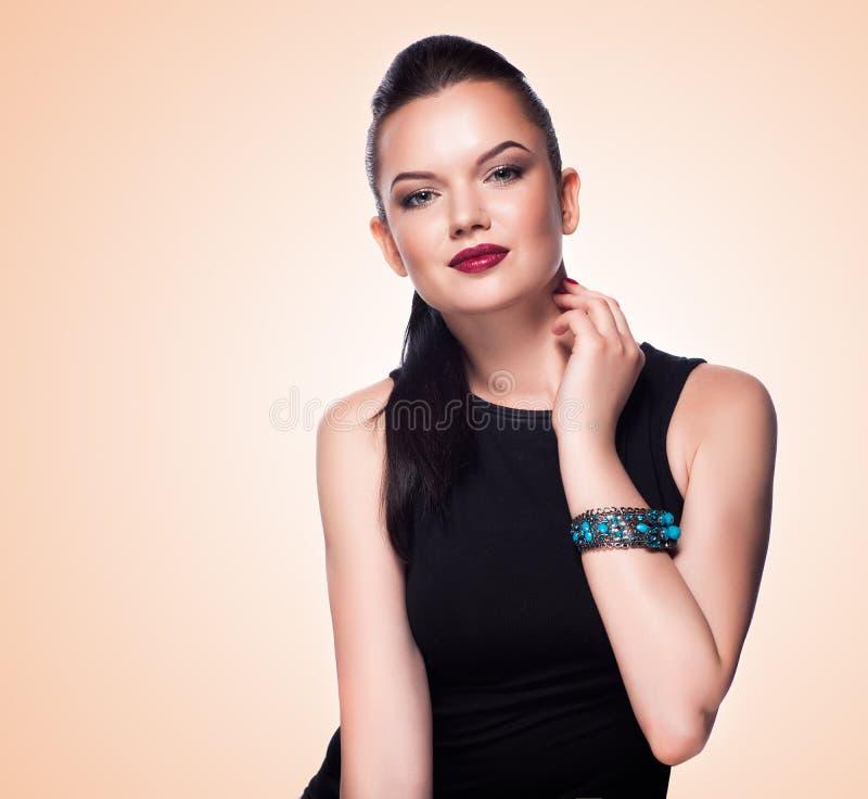 Retrato do modelo de forma bonito que levanta na joia exclusiva. imagens de stock