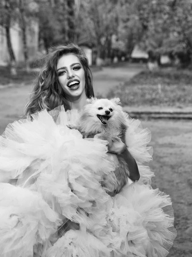Retrato do modelo de forma da beleza Mulher do encanto com cão foto de stock