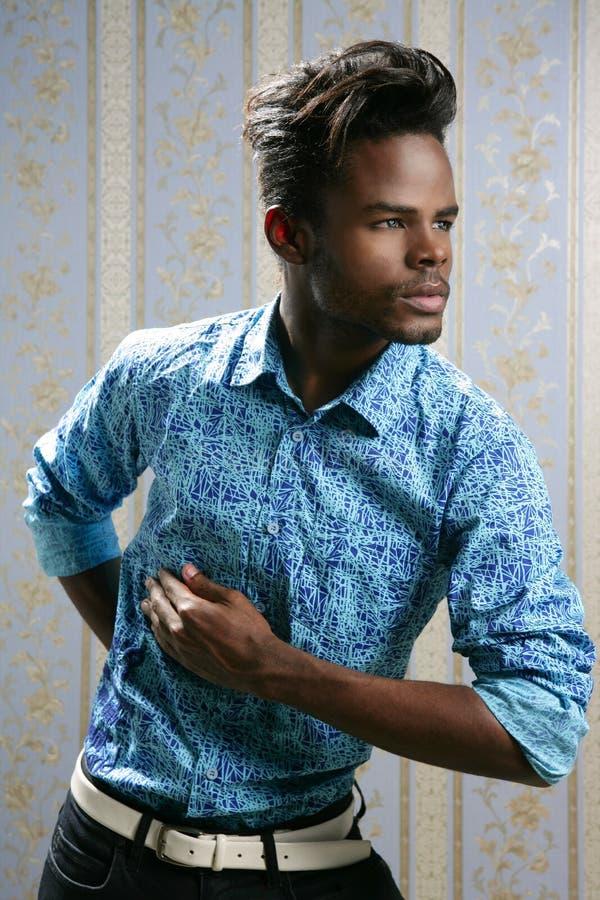 Retrato do modelo de forma do americano africano no azul imagem de stock royalty free