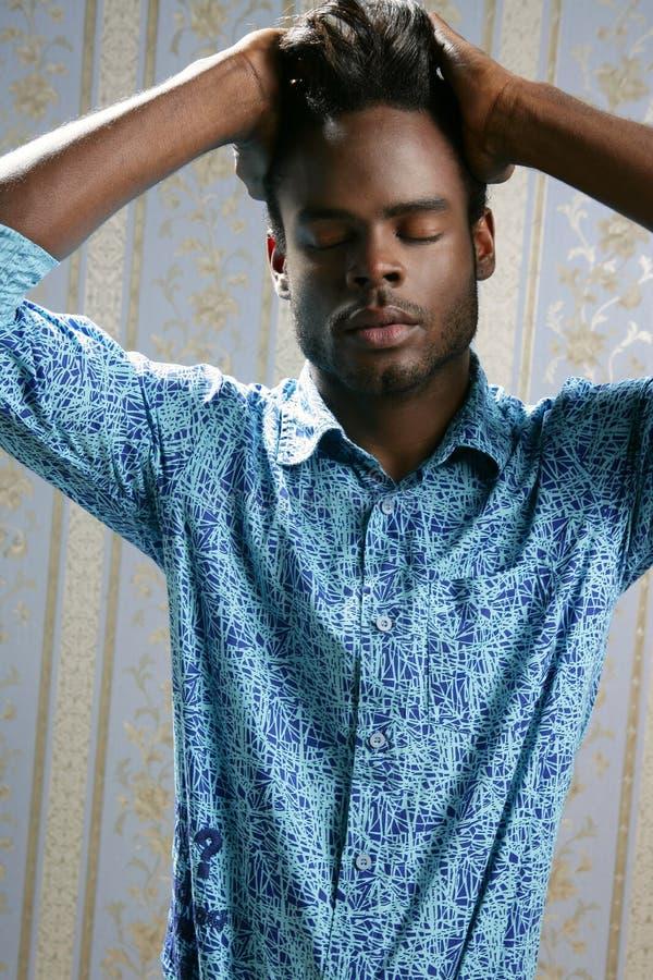 Retrato do modelo de forma do americano africano no azul imagens de stock