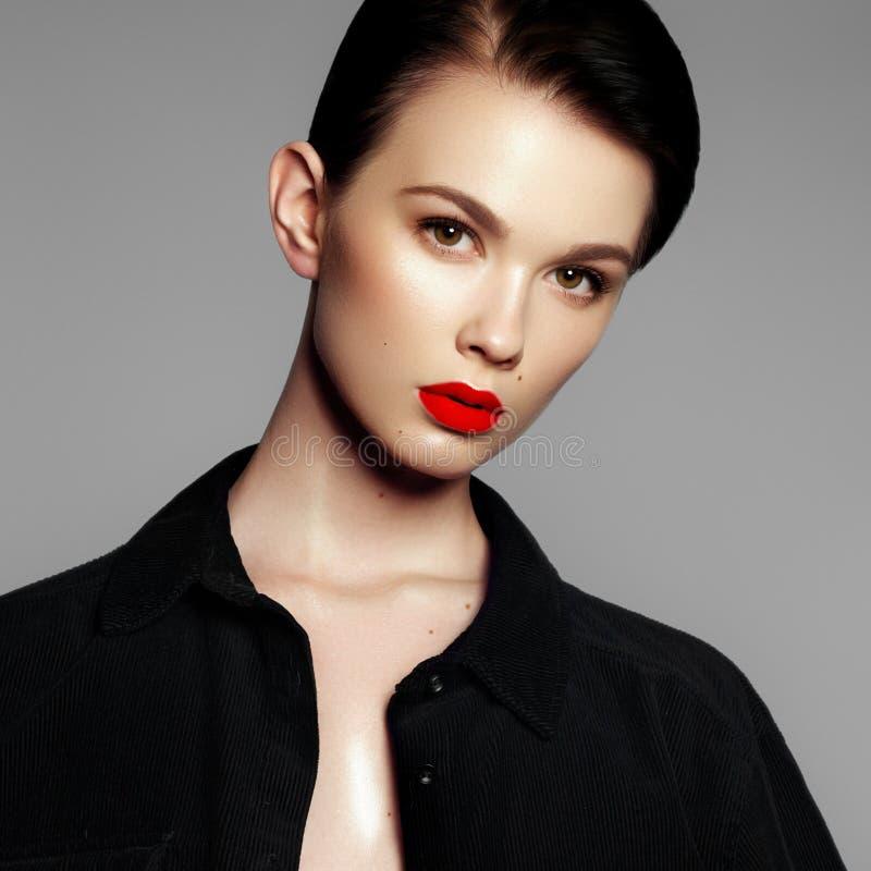 Retrato do modelo de forma Jovem mulher bonita no fundo cinzento Modelo com composi??o natural A forma compo imagens de stock