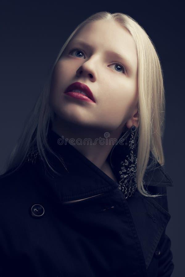 Retrato do modelo elegante bonito com cabelo louro natural imagem de stock royalty free