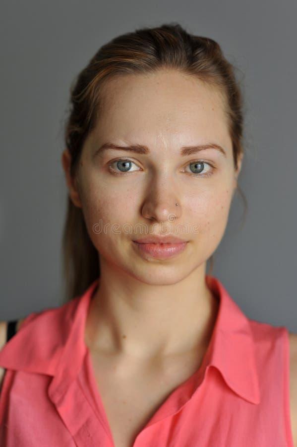 Retrato do modelo eslavo novo sem a composição fotografia de stock