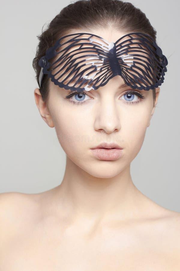 Retrato do modelo fêmea bonito com olhos azuis no fundo imagens de stock royalty free