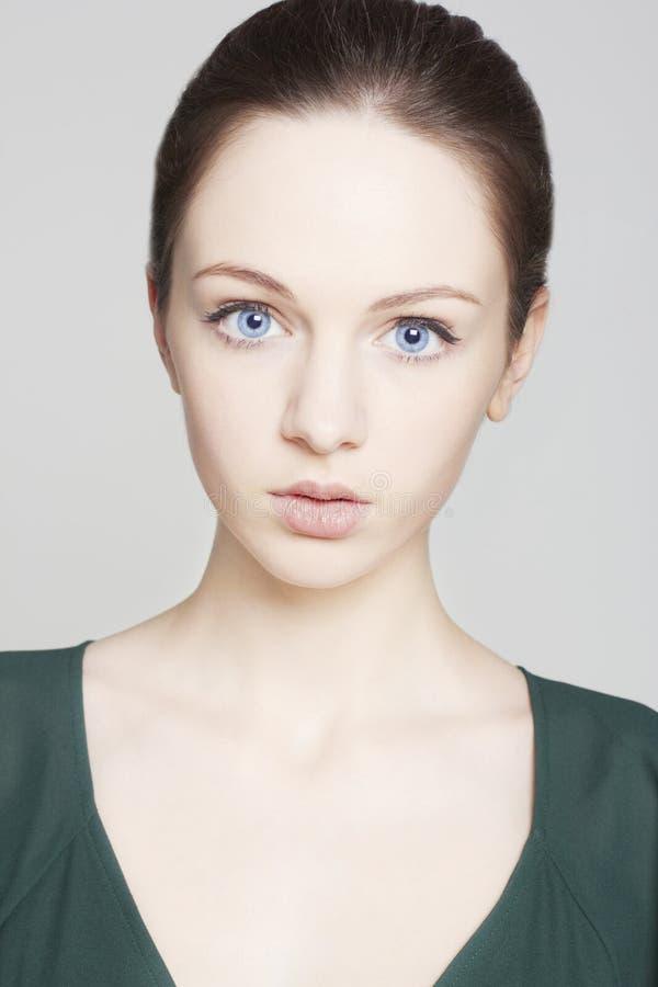 Retrato do modelo fêmea bonito com olhos azuis no fundo imagem de stock