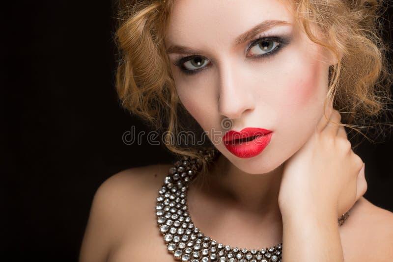 Retrato do modelo fêmea bonito no preto foto de stock royalty free