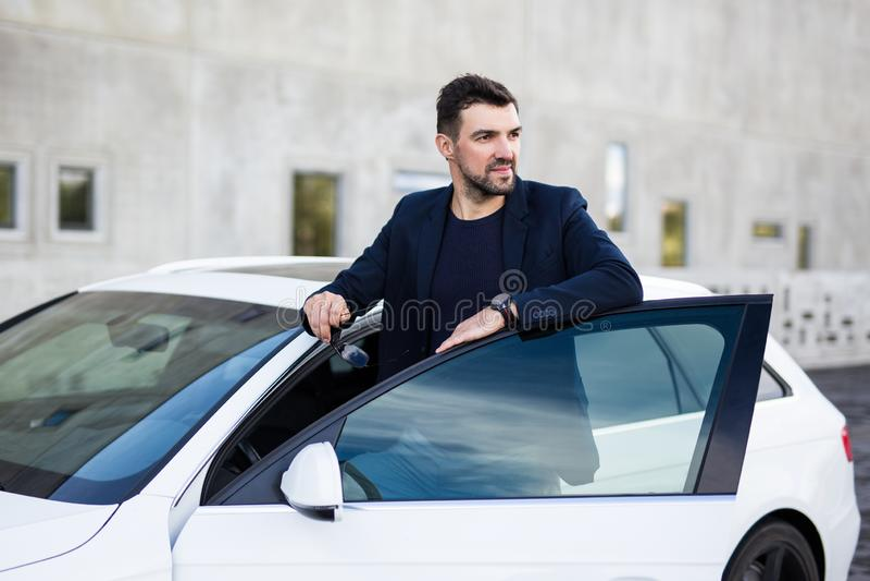 Retrato do motorista considerável do homem que levanta perto de seu carro fotografia de stock royalty free