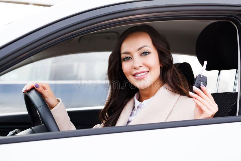 Retrato do motorista feliz da mulher fotografia de stock