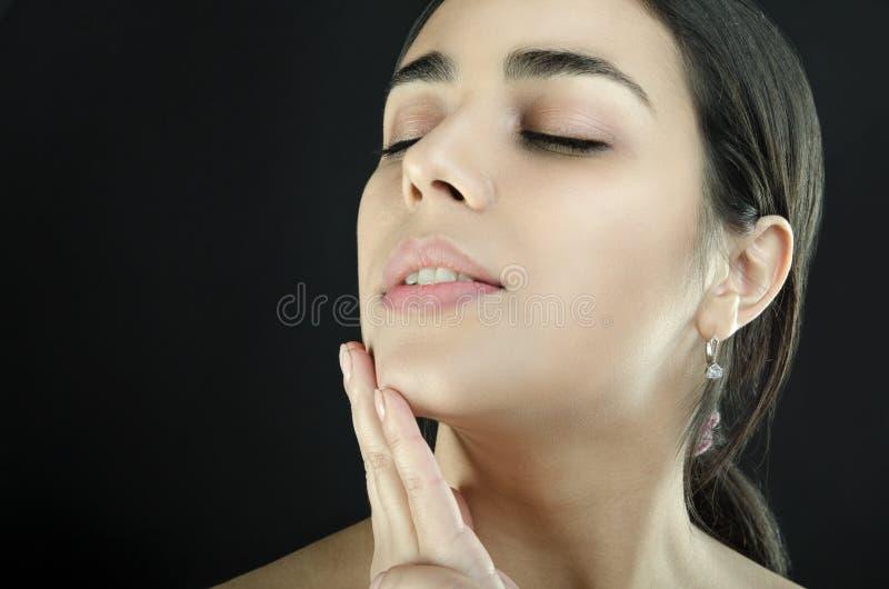 Retrato do mulheres que se acariciam na cara foto de stock
