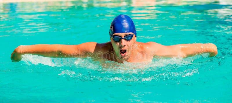 Retrato do nadador novo que vai dentro para esportes imagens de stock