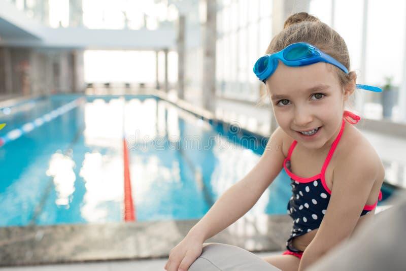 Retrato do nadador pequeno alegre fotos de stock royalty free